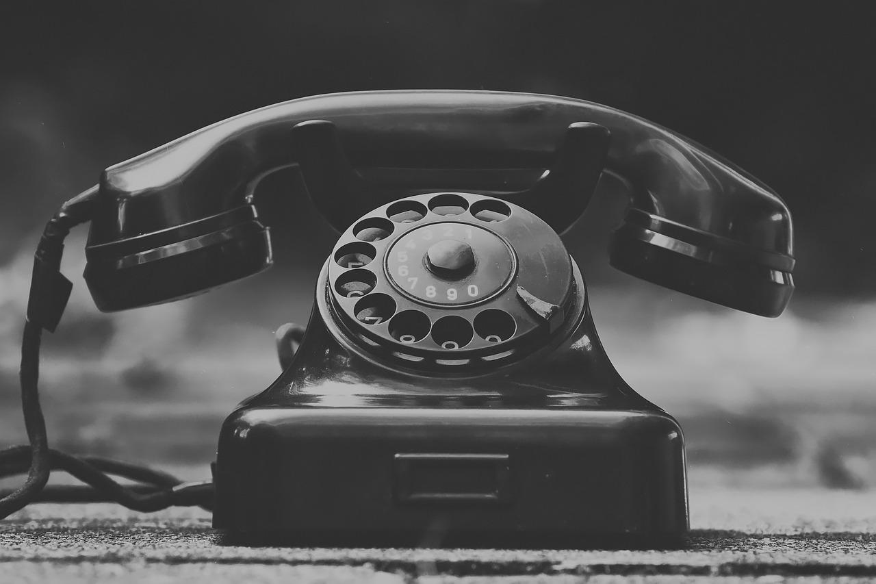 auttajat - yksin - puhelin